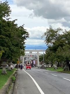 坂本の山側から琵琶湖に下っていく写真